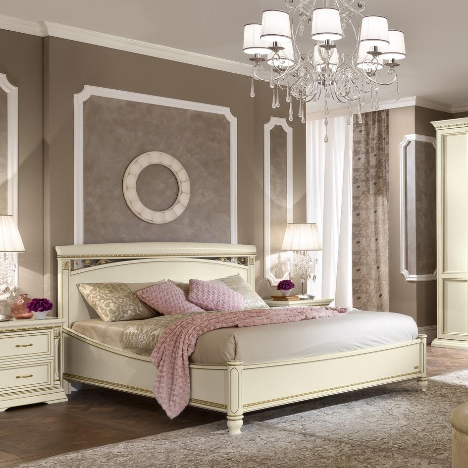 Tweepersoonsbed wit klassieke slaapkamer