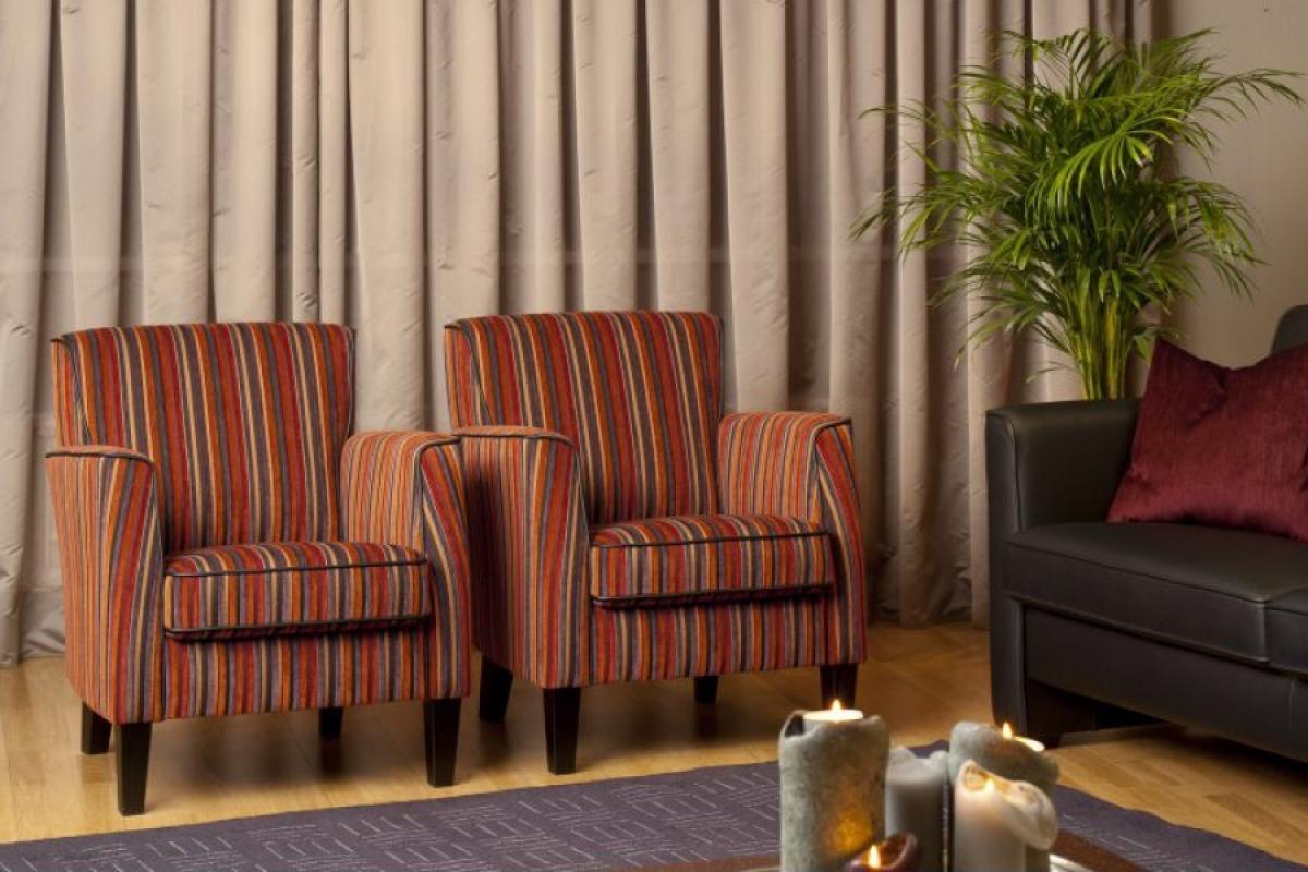 klassieke kleine fauteuil stof of leer